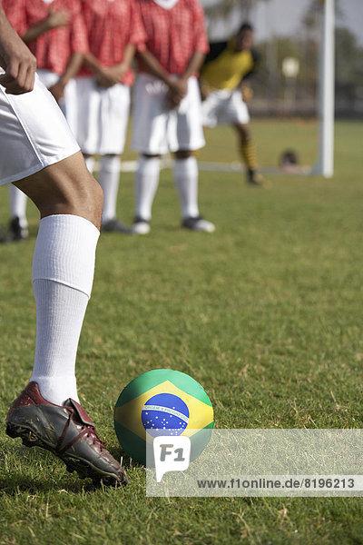 Freiheit Vorbereitung treten Spiel frontal Fahne Fußball brasilianisch