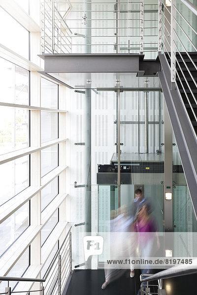 Geschäftsleute am Aufzug im Bürogebäude