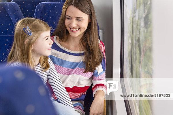 Deutschland  Brandenburg  Mutter mit Tochter auf Zugfahrt