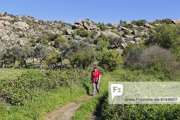 Türkei  Reife Frau beim Wandern im Latmusgebirge am Bafa-See