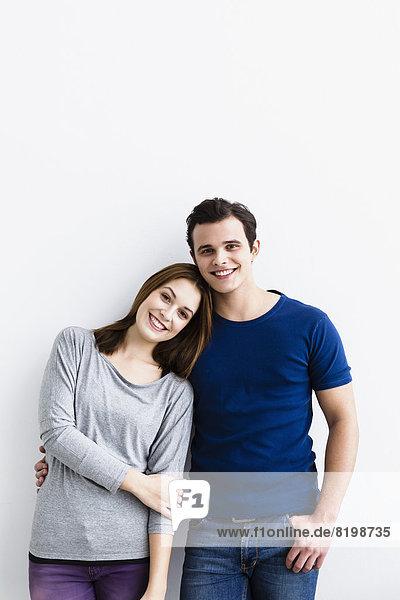 Deutschland  Portrait eines jungen Paares  lächelnd