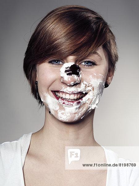 Porträt der jungen Frau Gesicht mit Schoko-Marshmallow  Nahaufnahme