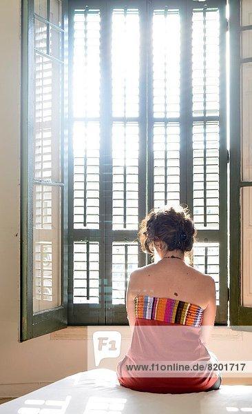 sitzend  Frau  sehen  Fenster  Bett  Einsamkeit