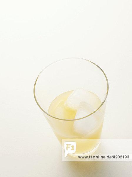 Ein Glas Pernod mit Eiswürfeln