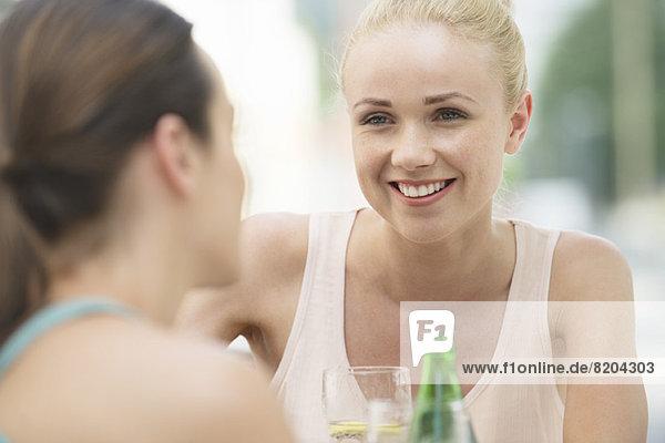 Frauen beim Plaudern und Trinken