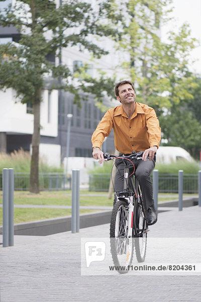 Mann in Geschäftskleidung Fahrrad fahren