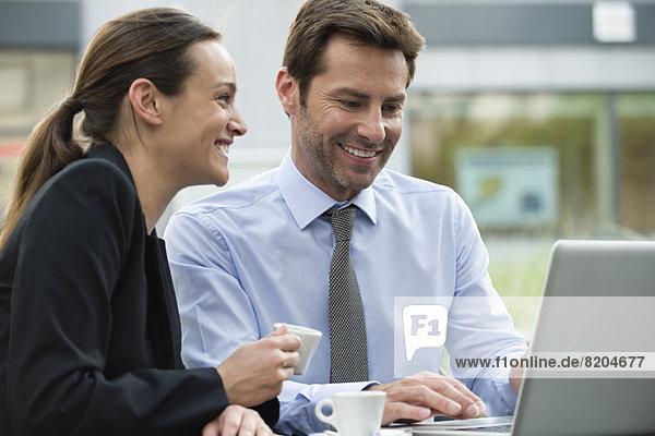 Geschäftsfreunde beim Kaffeetrinken während der Projektarbeit