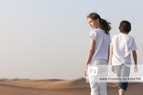 Mädchen mit Blick auf die Wüste