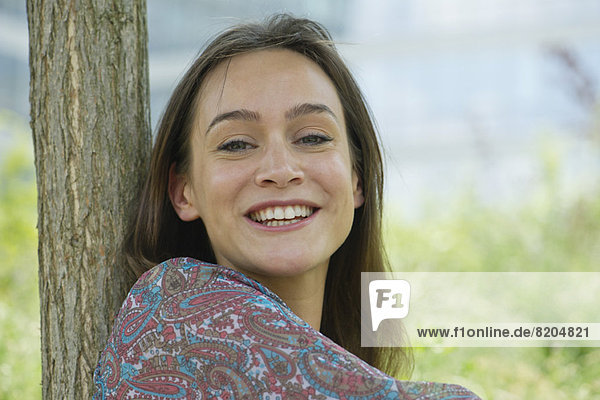 Frau lächelt im Freien  Porträt