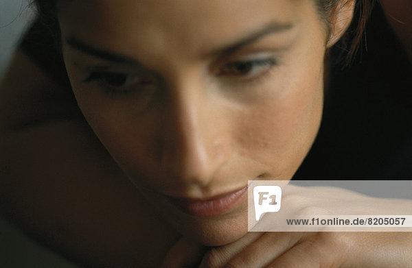 Frau ruht Kopf auf der Hand  Nahaufnahme