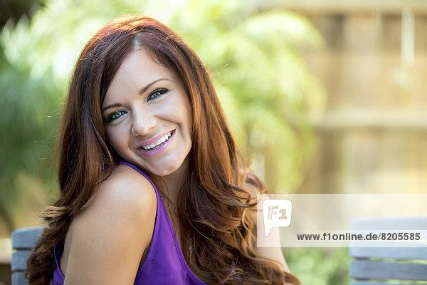 Frau lächelnd Außenaufnahme