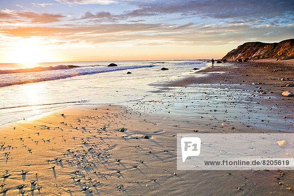 Wellen waschen bis auf felsigen Strand