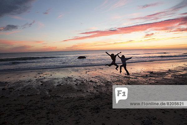 Paar spielen am Strand