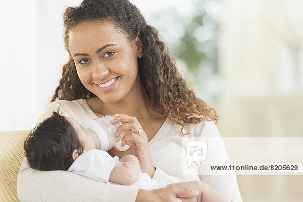Sohn  Hispanier  Säuglingsalter  Säugling  Mutter - Mensch  Flasche  füttern