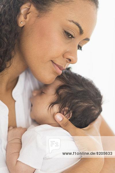 Sohn  Hispanier  halten  Säuglingsalter  Säugling  Mutter - Mensch