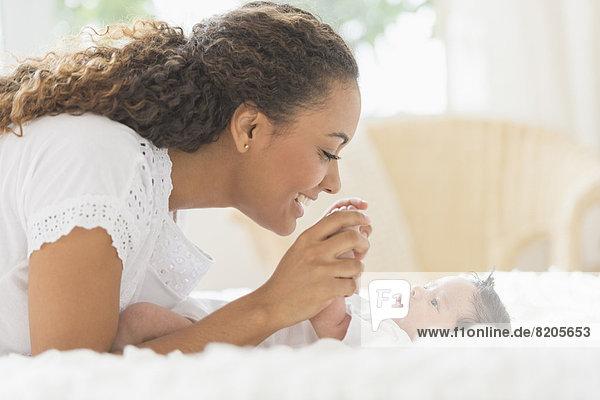 Spiel  Hispanier  Bett  Säuglingsalter  Säugling  Mutter - Mensch