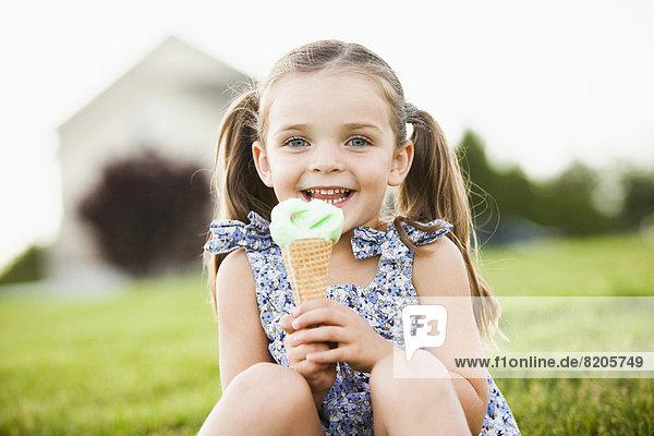 Außenaufnahme  Europäer  Eis  essen  essend  isst  Mädchen  Sahne  freie Natur