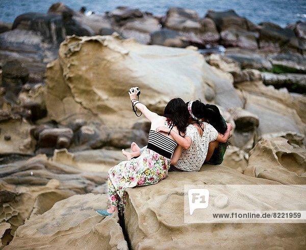 Felsbrocken  sitzend  Fotografie  nehmen  Anordnung  Insel  3  Mädchen  Taiwan