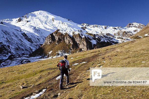 Bergsteiger oberhalb der Labesebenalm  hinten die Nornspitz