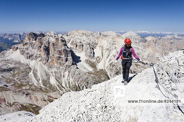 Bergsteiger beim Aufstieg auf die Tofana di Rozes über die Via ferrata Giovanni Lipella  Dolomiten