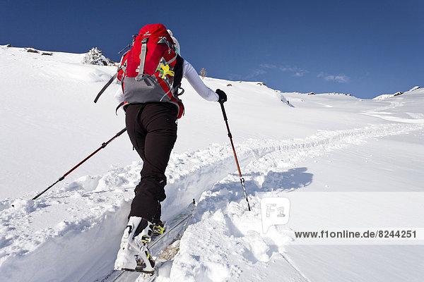 Skitourengeher beim Aufstieg auf den Juribrutto