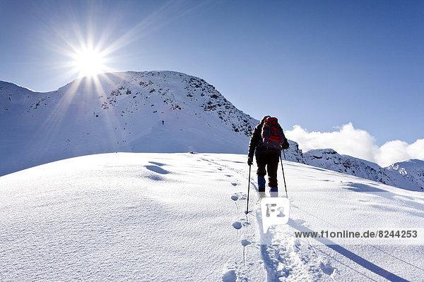 Schneeschuhwanderer beim Aufstieg auf das Schwarzhorn am Jochgrimm