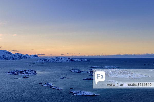 Fjord mit Inseln zur blauen Stunde
