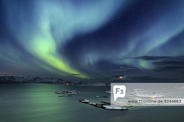 Fjord mit Inseln im Winter und Nordlicht