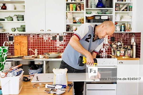 benutzen  Mann  Mittelpunkt  Bohrmaschine  Bohrer  Erwachsener  Möbel  reparieren