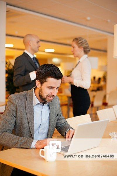 Notebook  Geschäftsmann  arbeiten  Cafeteria  jung