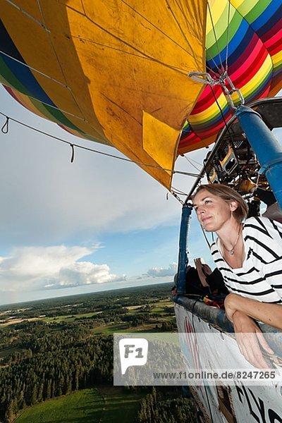 fliegen  fliegt  fliegend  Flug  Flüge  Frau  Wärme  Luftballon  Ballon  Himmel