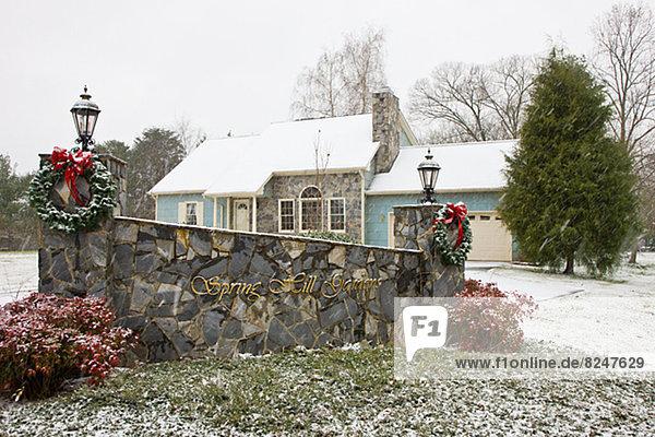 Wohnhaus frontal Weihnachten Blumenkranz Kranz
