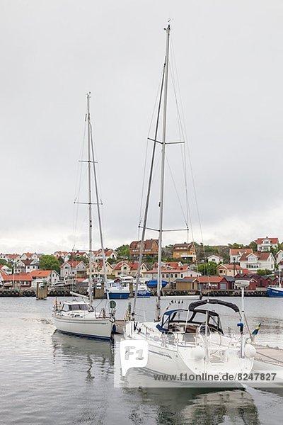 Fischereihafen  Fischerhafen  Motorjacht  vertäut