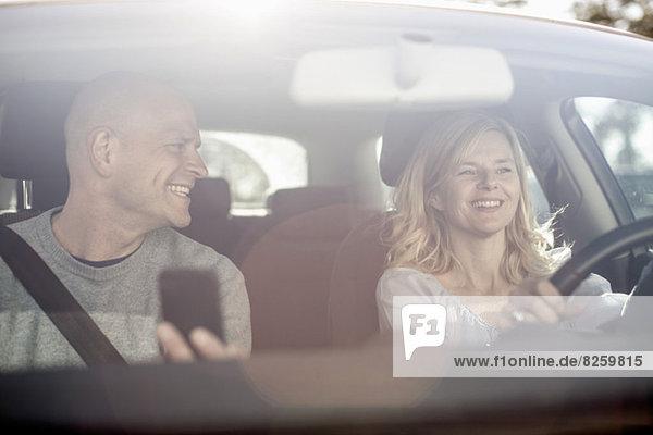Glückliches Paar im Auto