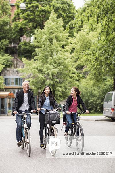 Geschäftsleute mit Fahrrädern auf der Straße