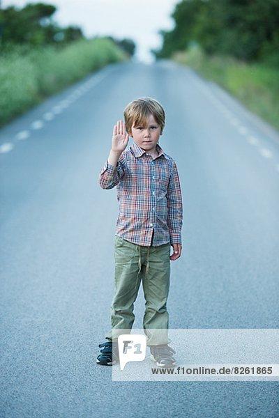 stehend  zeigen  Junge - Person  Fernverkehrsstraße  Ende  einstellen stehend ,zeigen ,Junge - Person ,Fernverkehrsstraße ,Ende ,einstellen