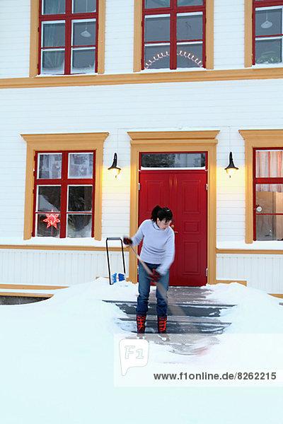 Stufe Frau frontal entfernen entfernt Schnee