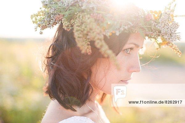 Junge Frau tragen Blumen Kranz