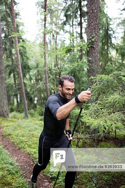 Mann  rennen  Wald  Mittelpunkt  Erwachsener