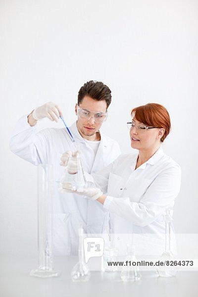 Zwei Wissenschaftler im Labor