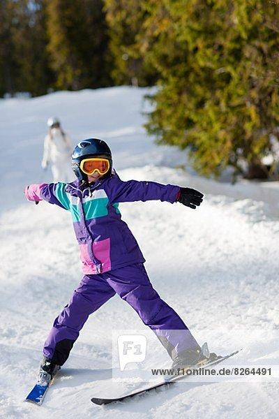 Mädchen beim Skifahren Mädchen beim Skifahren