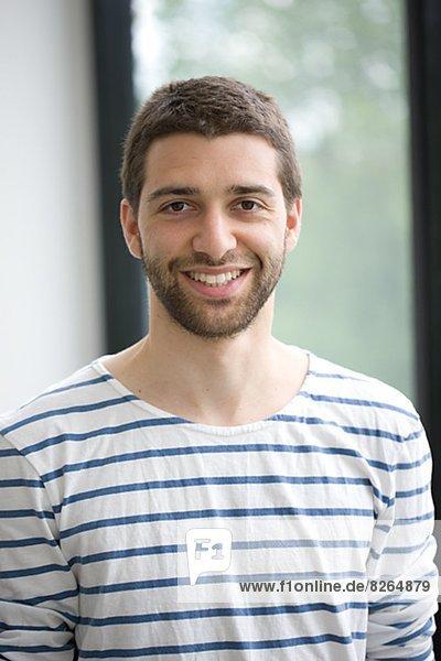 Porträt von lächelnd jungen Mann