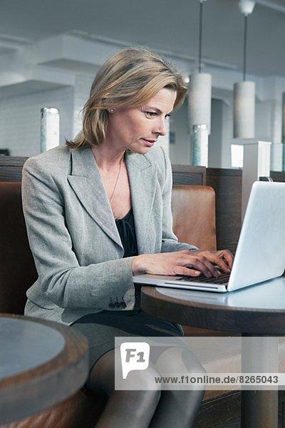 sitzend  benutzen  Geschäftsfrau  Notebook  Cafe