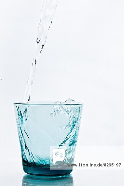 Wasser in Glas einschenken