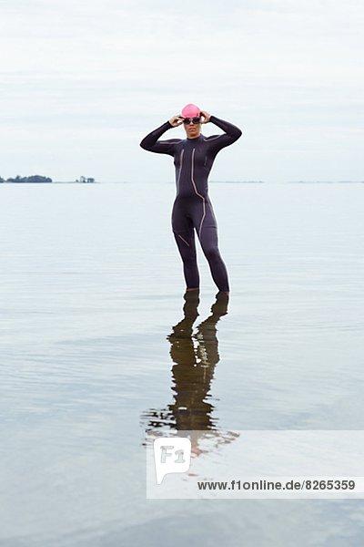 stehend Frau Strand Tauchanzug
