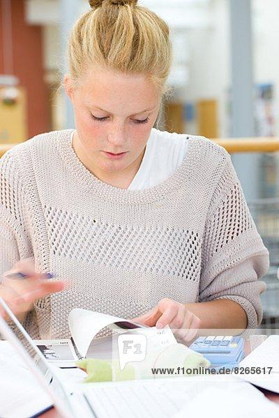 Junge Frau Studium