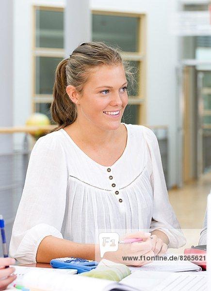 Junger Student lächelnd