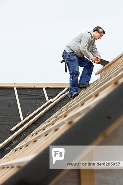 Mann arbeiten Dach
