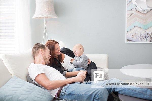 Fröhlichkeit  Couch  Sohn  Menschliche Eltern