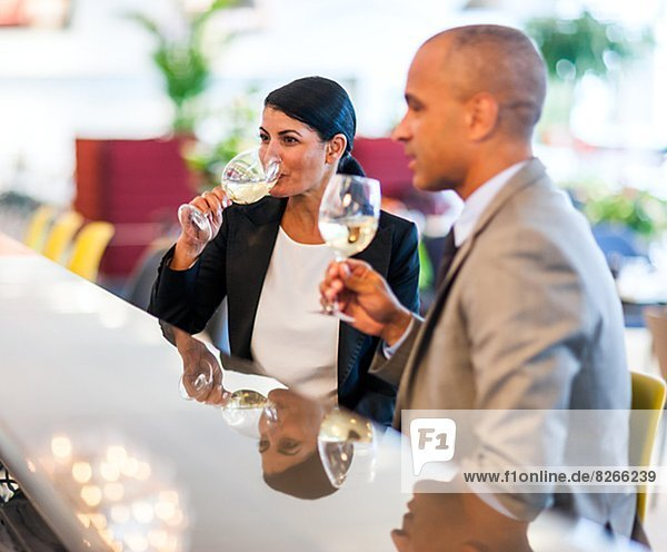 Mann und Frau trinken Wein